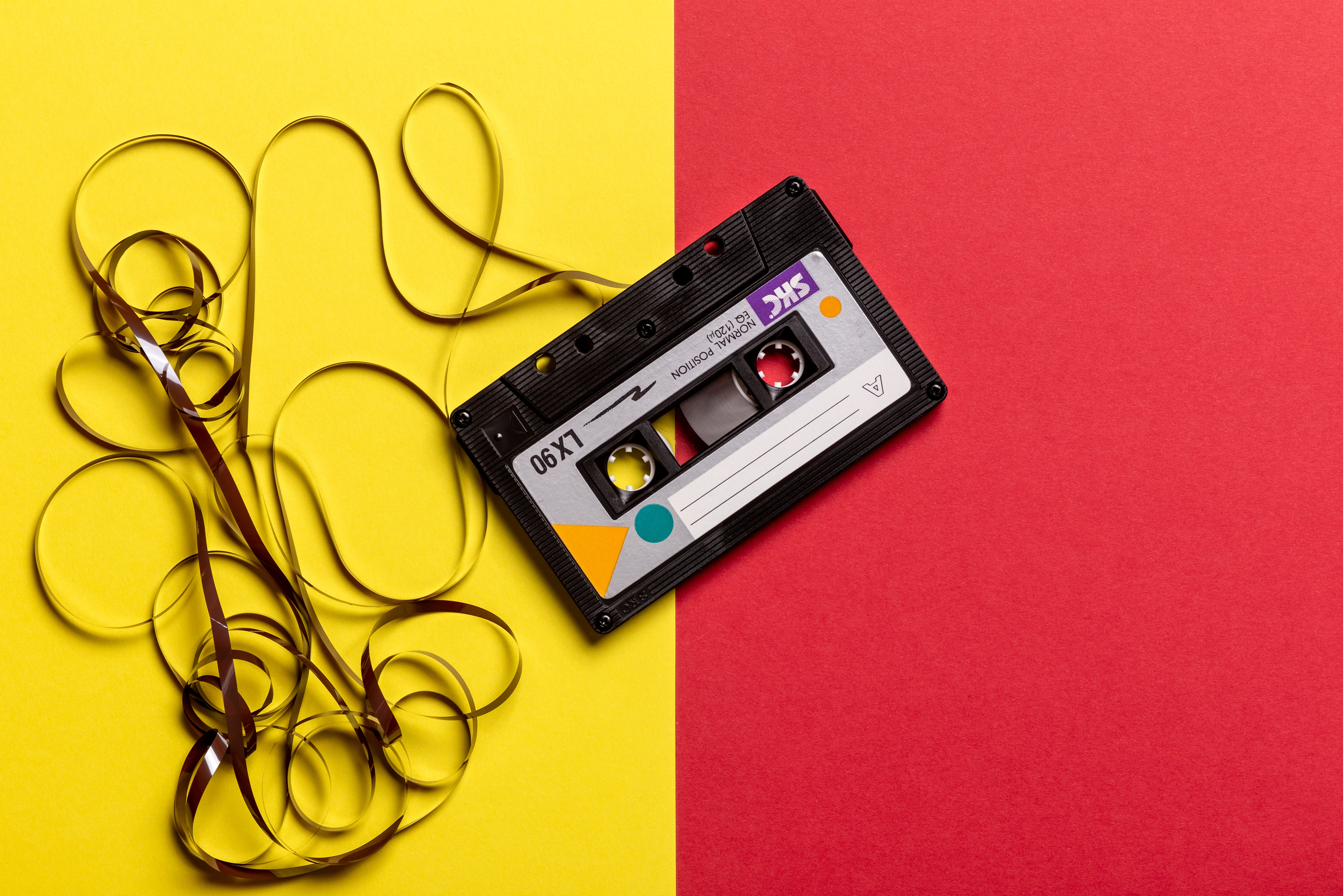 Kassette auf gelb rotem grund